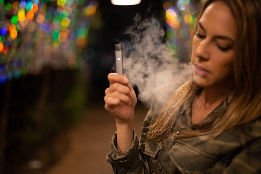 Une femme fumant la cigarette électronique