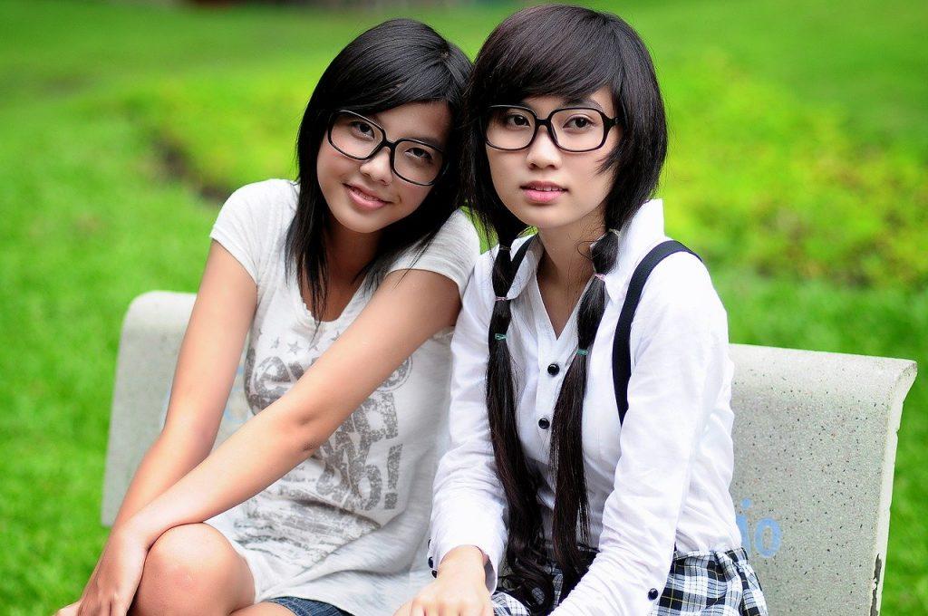 Deux filles avec des lunettes