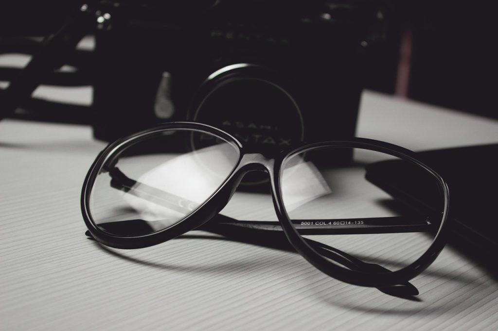 Une paire de lunettes
