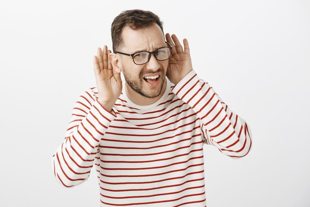 homme qui a besoin d'un appareil auditif
