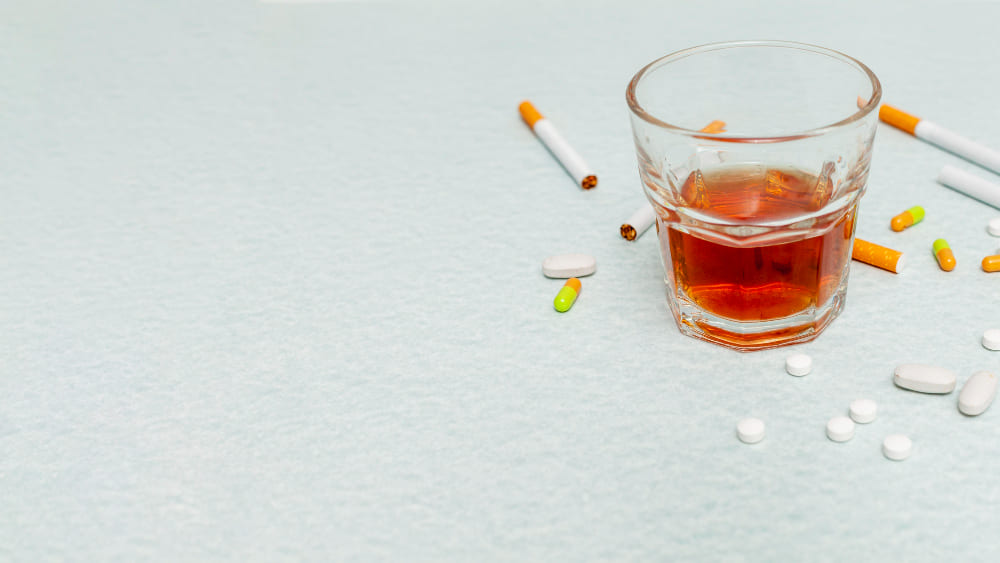 un verre d'alcool et des cigarettes